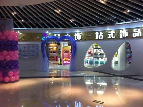 大型饰品店门头装修设计以及店内展柜制作的效果欣赏
